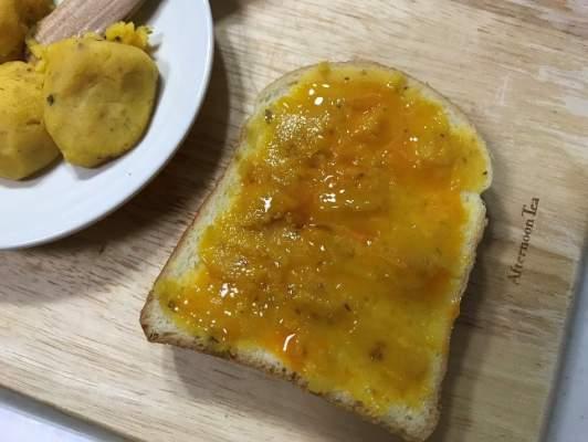 電子レンジで温めたスイートポテトをパンに塗る