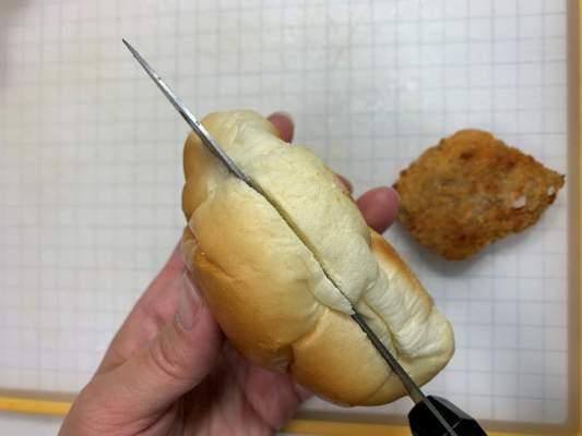 バターロールに包丁で切れ目を入れる