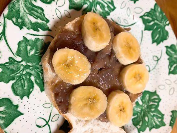 半分に割った業務スーパーのベーグルにあんバターと輪切りバナナをのせたところ