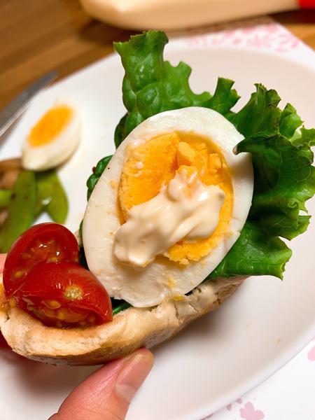 ちぎったベーグルに挟んだトマト・茹で卵・レタス
