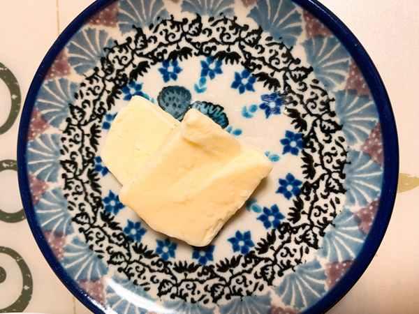 皿の上のバター