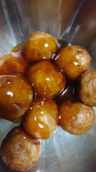 揚がった肉だんごに業務スーパーの中華甘酢あんをかけたところ