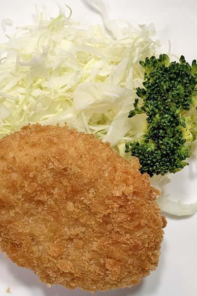 業務スーパーの野菜コロッケとキャベツとブロッコリー