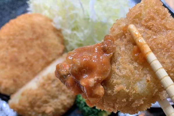 業務スーパー野菜コロッケにミートソースをつけて食べる