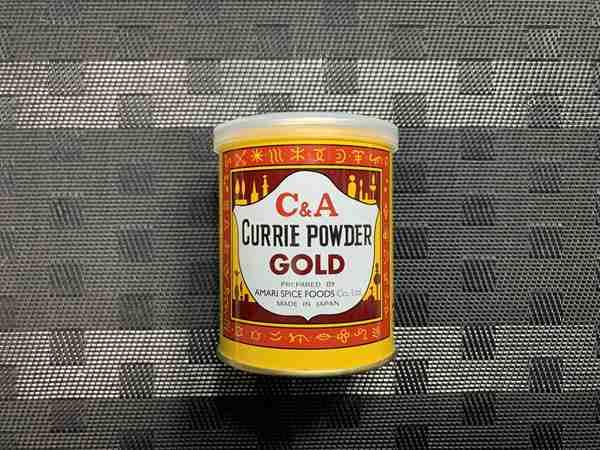 黄色と茶色パッケージの業務スーパーのカレー粉缶