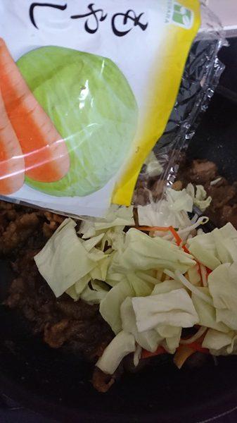 業務スーパーの焼肉が焼けてきたところにミックス野菜を加える様子