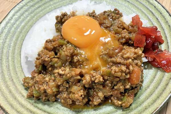 ホカホカのご飯にカレーと卵黄
