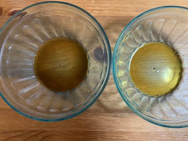 2つのコップに入った業務スーパーポン酢と他メーカーの物