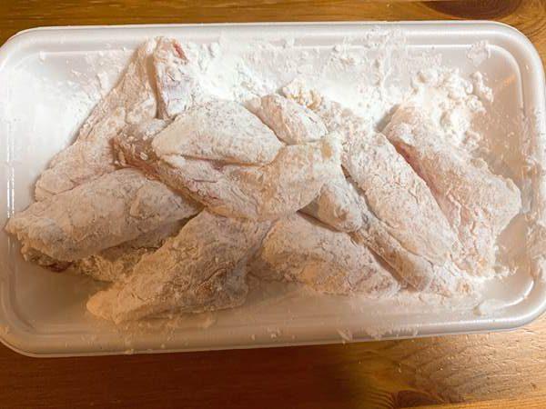 塩こしょうして片栗粉をつけた真鱈切り身