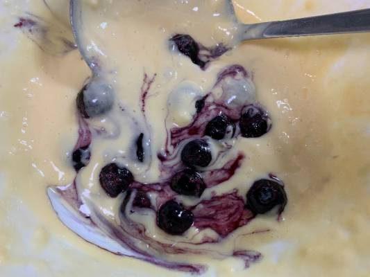 ホットケーキの生地に冷凍ブルーベリーを混ぜる