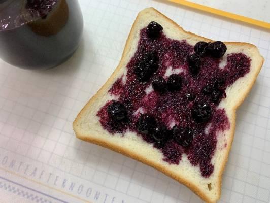 ブルーベリージャムを塗った食パン