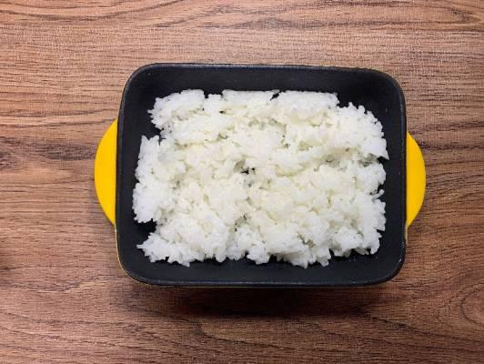 グラタン皿にご飯を盛る
