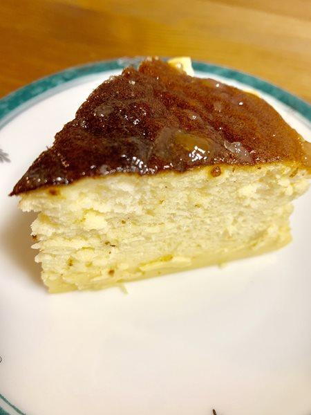 切り分けたスフレチーズケーキ