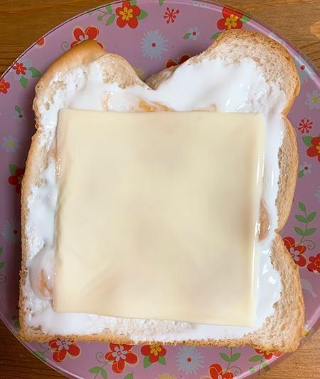 ヨーグルトとジャムを塗った食パンに業務スーパーのスライスチーズをのせたところ