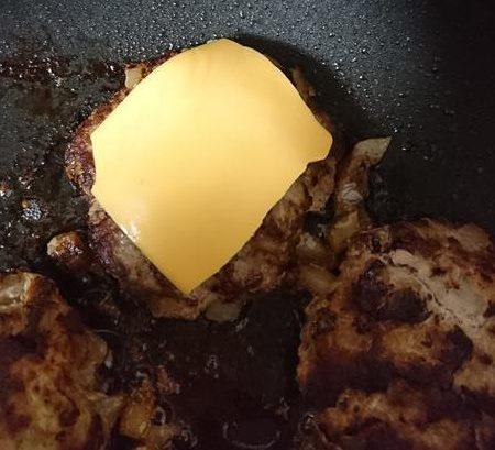 業務スーパーのスライスチーズをのせたハンバーグ