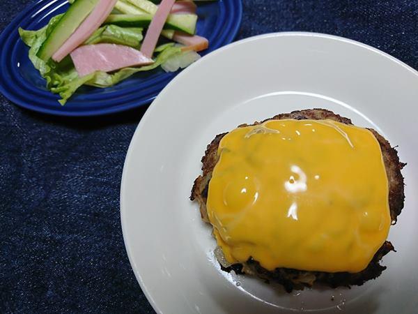 業務スーパーのチェダースライスチーズをのせたハンバーグ