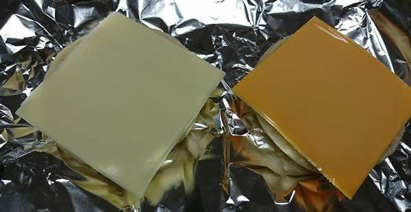 カットしたマフィンにのせた業務スーパーのスライスチーズ