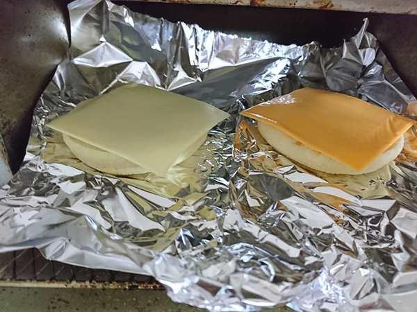 アルミホイルに置かれた業務スーパーのスライスチーズのせマフィン