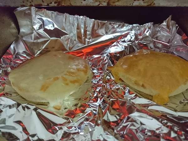 焼けてきた業務スーパーのスライスチーズのせマフィン