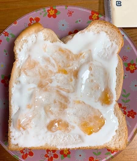プレーンヨーグルトとジャムを塗った食パン