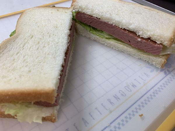 業務スーパーのチキンランチョンミートサンドイッチの断面
