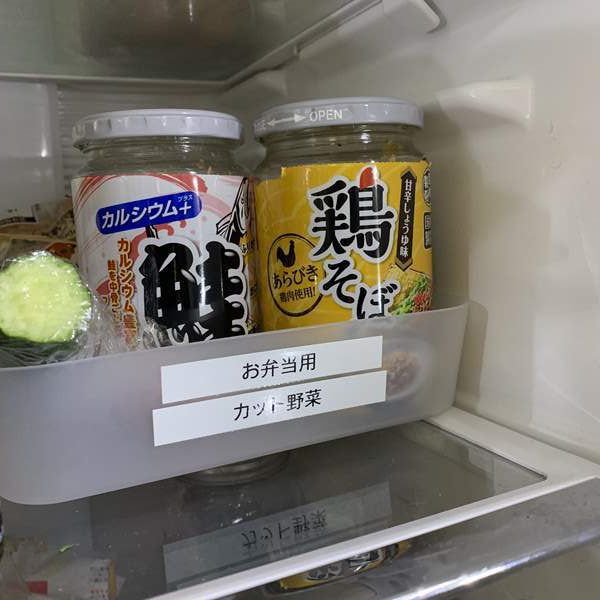 冷蔵庫内のお弁当用トレイに入れた業務スーパーの鶏そぼろ