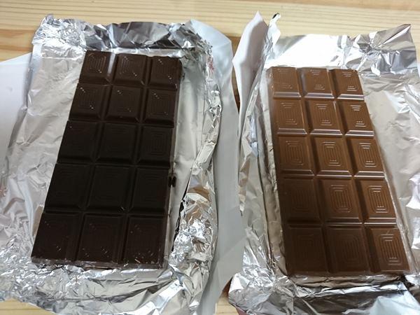 開封したドイツ産ミルクチョコレートとビターチョコレート