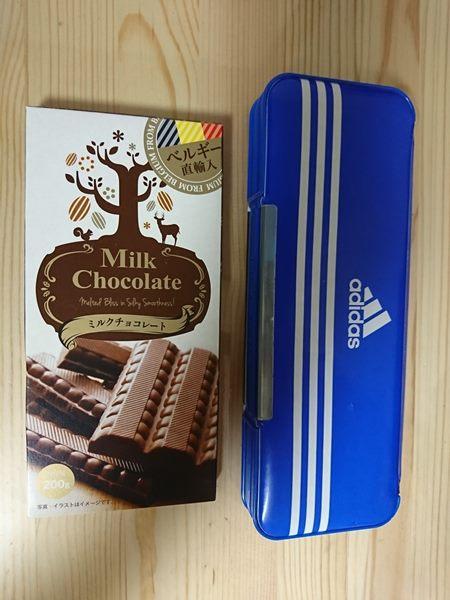 青い筆箱の隣に置かれた業務スーパーのミルクチョコレート