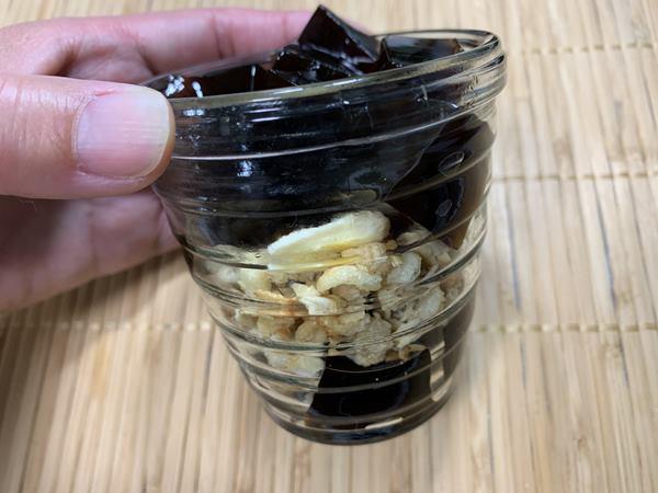グラノーラと業務スーパーのコーヒーゼリーが層になって入っているカップ