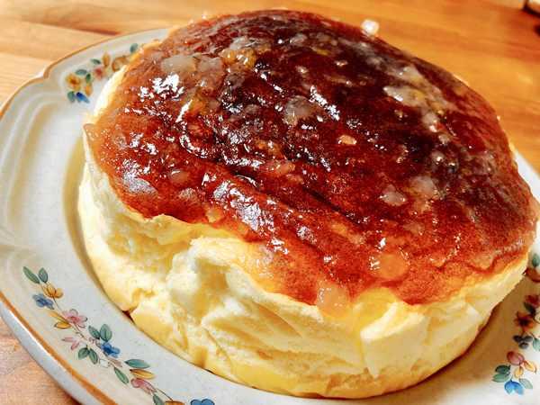 お皿にうつしたスフレチーズケーキ