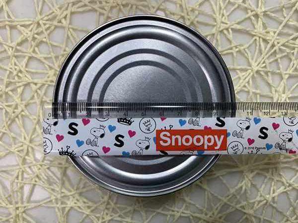 業務スーパーのチキンランチョンミート缶の直径を定規で測っているところ