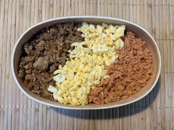 業務スーパーの鶏そぼろを使った三色弁当