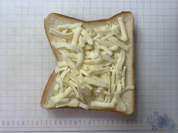 業務スーパーのモッツァレラチーズをのせた食パン
