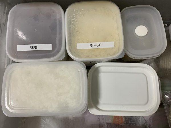 保存容器に入れて冷凍保存している業務スーパーのモッツァレラチーズ