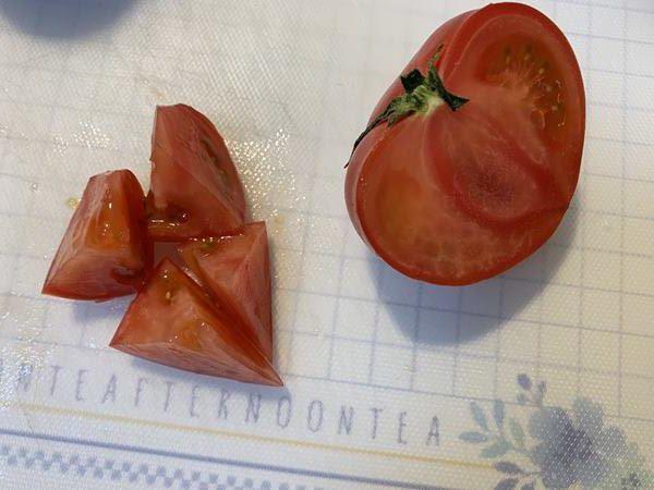 カットしたトマト