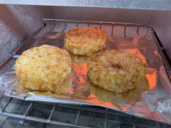 業務スーパーのハッシュドポテトをオーブントースターで加熱しているところ