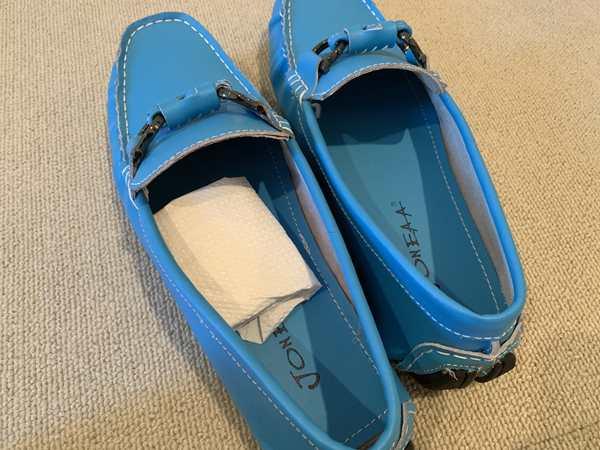 キッチンペーパーに包んだインスタントコーヒーを入れた水色の靴
