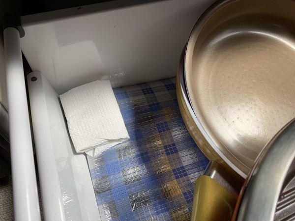 キッチン棚に入れたキッチンペーパーに包んだインスタントコーヒー