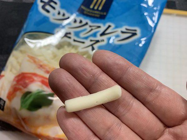 手のひらにのせた業務スーパーのモッツァレラチーズ1つ