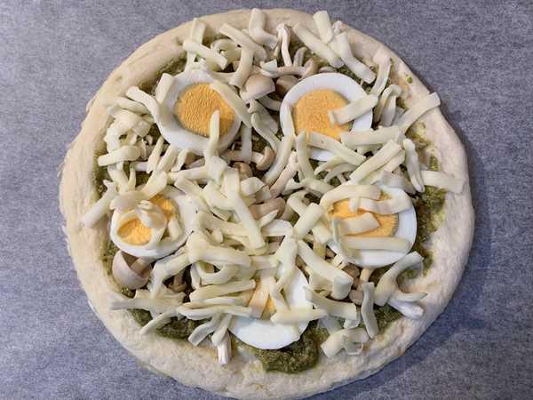 茹で卵・しめじ・チーズをのせた業務スーパーのピザ生地