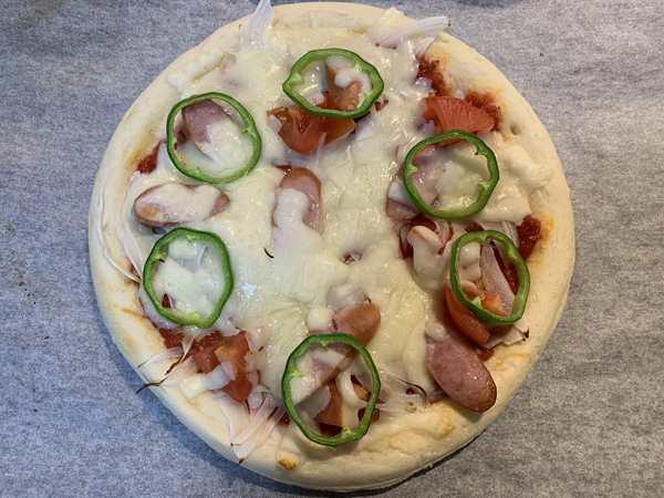 焼き上がったミックスピザ