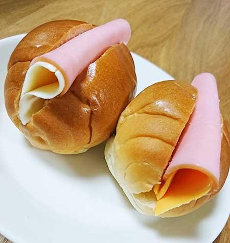 業務スーパーのスライスチーズとハムを挟んだロールパン
