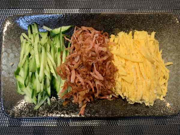千切りきゅうりと炒めベーコン・錦糸卵