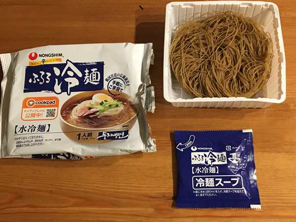 袋から出した業務スーパーの冷麺とスープ