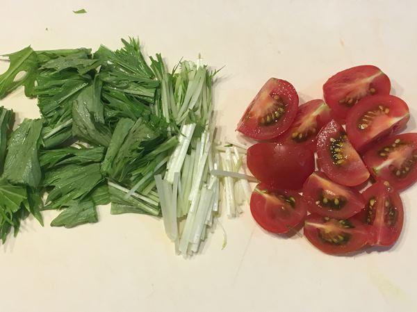 カットした水菜とトマト