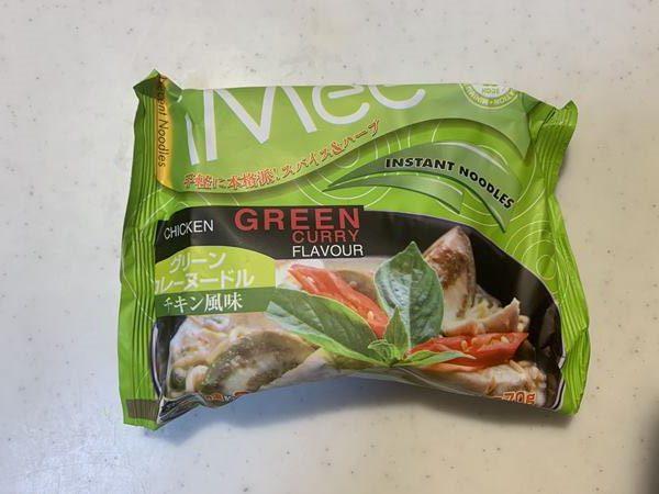 透明な袋から出した業務スーパーのグリーンカレーヌードル