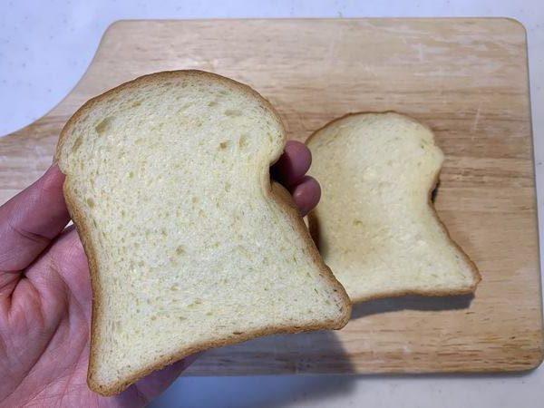 手に持った業務スーパーのビール酵母パン