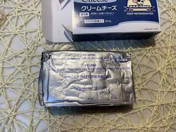 業務スーパーのクリームチーズ外箱と銀色の紙に包まれたクリームチーズ
