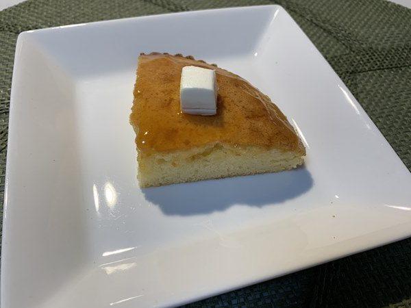 切り分けたチーズケーキに業務スーパーのクリームチーズをのせたところ