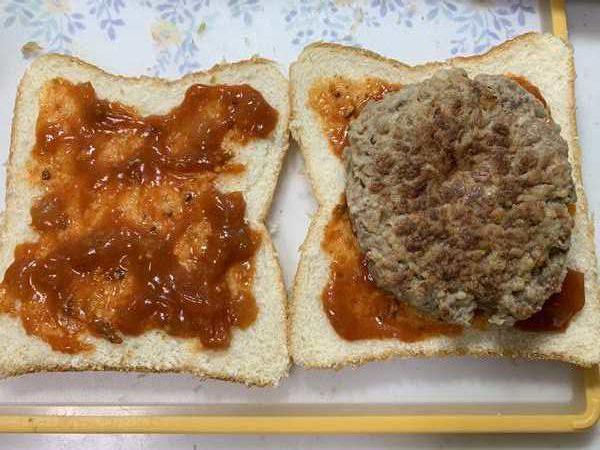 ミートソースを塗った食パンに業務スーパーのハンバーグをのせたところ